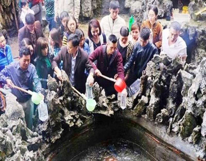 Người dân đến đền Cặp Tiên hành lễ và xin nước giếng Tiên để cầu may