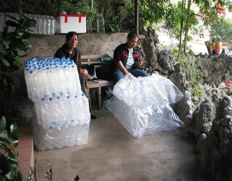 Dịch vụ bán chai, can đựng nước để khách lấy nước giếng mang đi