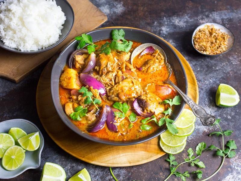 Lại là một món ăn nữa đến từ đất nước Thái Lan, món cà ri có mùi vị cay, rất đậm đà và thơm mùi nước cốt dừa. Được ăn kèm với cơm trắng lại càng kích thích vị giác hơn bao giờ hết.