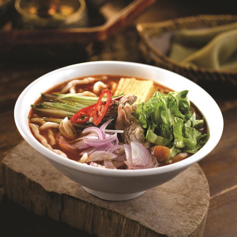 Một trong những món ăn nổi tiếng nhất của Malaysia là món mì nước laksa nước nấu cùng với cá mòi, me, ớt, bạc hà, sả, hành tây, dứa… đi kèm với nước dùng cá chua cay.
