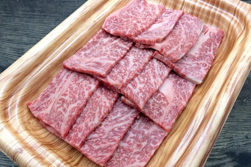 """Được mệnh danh là """"Roll Royce"""" của thịt bò, cách ăn tuyệt vời nhất là ăn theo kiểu sashimi, rưới lên một chút nước chanh và muối biển trà xanh."""