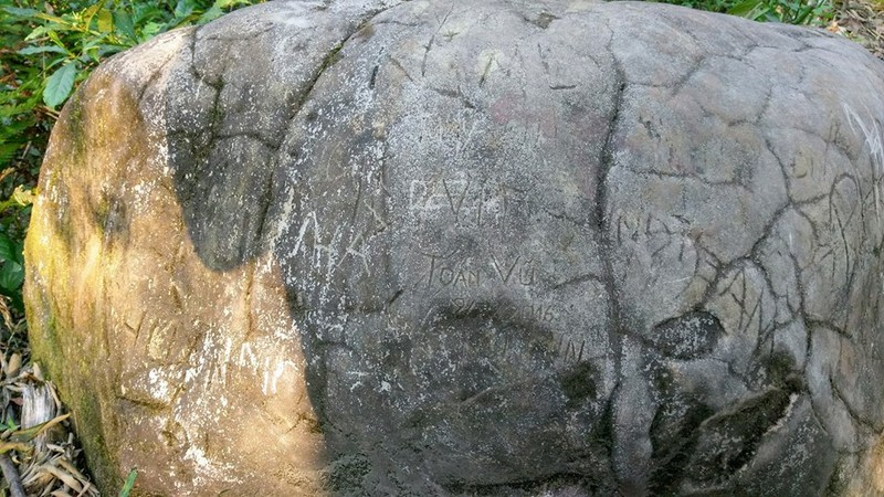 Khắc tên vào đá, sự lưu danh xuẩn ngốc - ảnh 2
