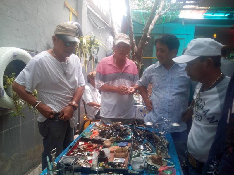 Dạo chợ ve chai độc nhất vô nhị ở miền Tây  - ảnh 1