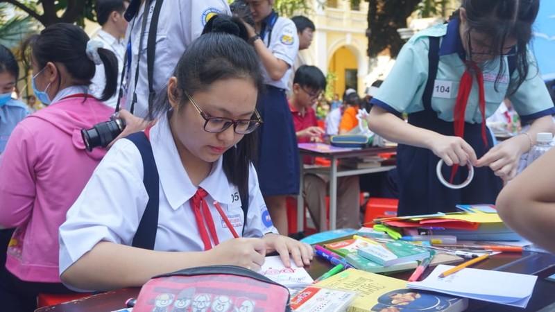 TP.HCM: 162 học sinh 'Lớn lên cùng sách' - ảnh 1