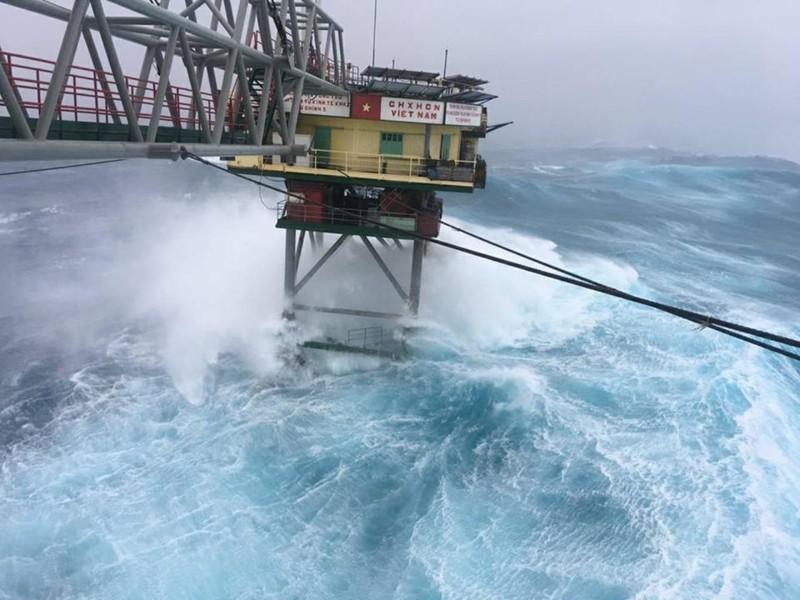 Chùm ảnh: Nhà giàn DK1 hiên ngang trước bão Tembin - ảnh 1