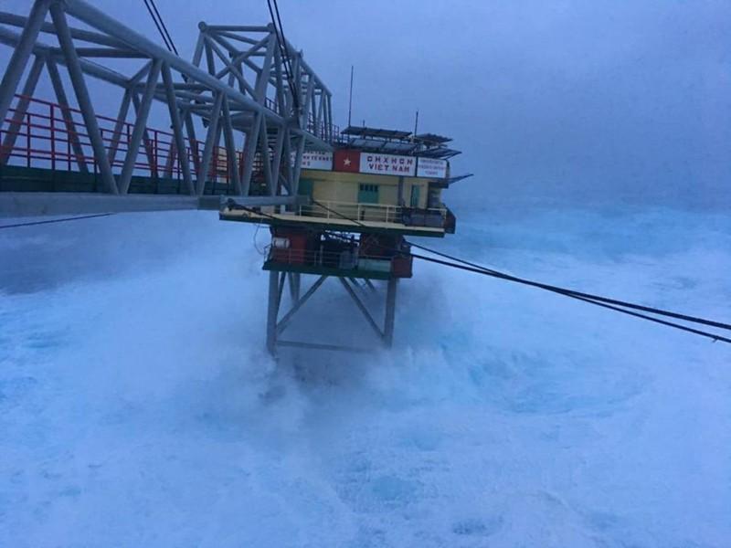 Chùm ảnh: Nhà giàn DK1 hiên ngang trước bão Tembin - ảnh 2