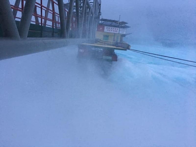 Chùm ảnh: Nhà giàn DK1 hiên ngang trước bão Tembin - ảnh 5