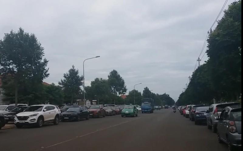 Cả ngàn ô tô của phụ huynh đỗ kín sân trường ở Đắk Lắk - ảnh 1