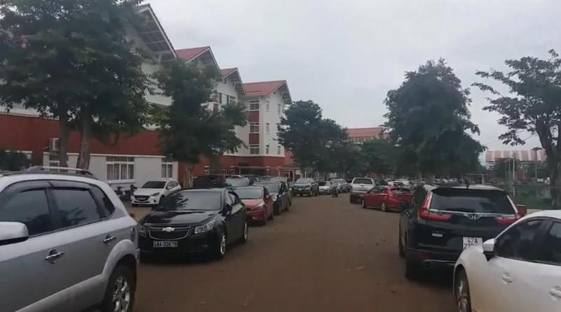 Cả ngàn ô tô của phụ huynh đỗ kín sân trường ở Đắk Lắk - ảnh 2