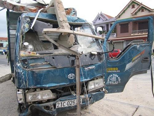 Xe tải lao lên lề đường đâm sập nhà dân - ảnh 2