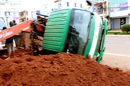 Lún chân, xe tải đổ kềnh khi cẩu bê tông - ảnh 1