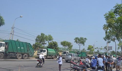 Dân rào chắn, hàng loạt xe chở rác nằm đường - ảnh 1