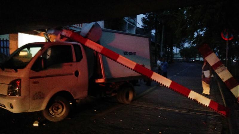 Xe tải mắc kẹt dưới dạ cầu Bùi Hữu Nghĩa, quận 1 - ảnh 1