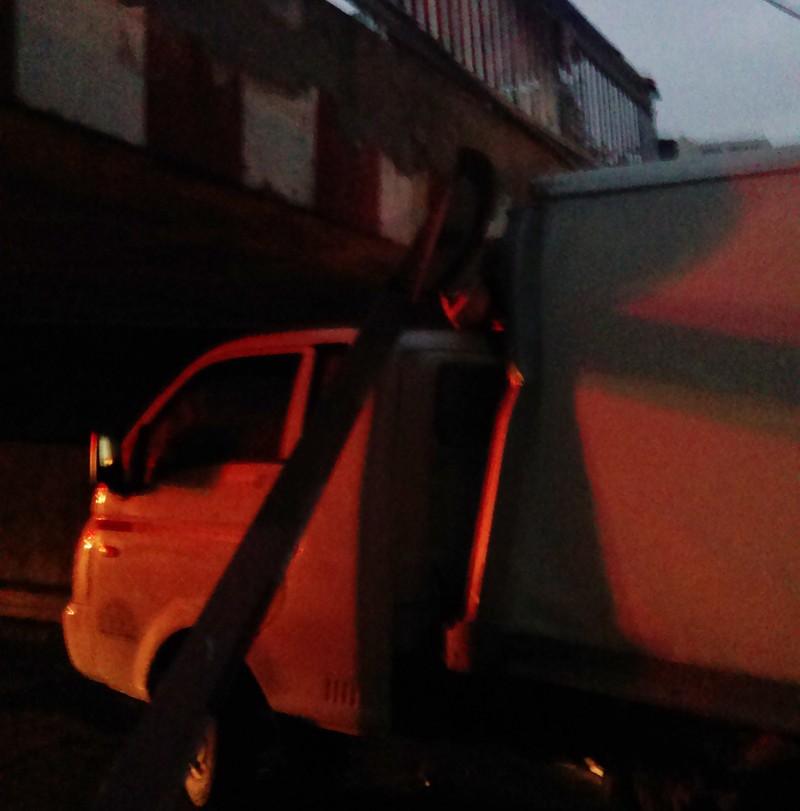 Xe tải mắc kẹt dưới dạ cầu Bùi Hữu Nghĩa, quận 1 - ảnh 2