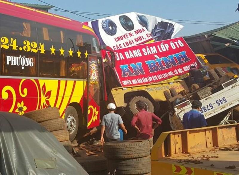 Đang kéo xe khách, ô tô cứu hộ tông sập nhà dân - ảnh 1