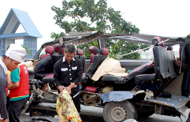 2 xe khách tông nhau, 16 người chết và trọng thương - ảnh 1