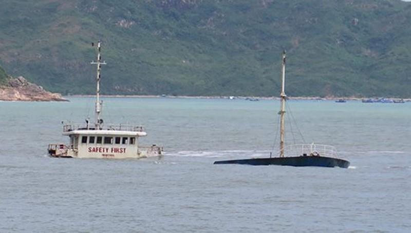 Thợ lặn khảo sát bãi 'xác tàu' ở Quy Nhơn - ảnh 1