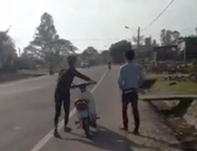 CSGT nói về clip 'buộc 2 thanh niên xì lốp xe dẫn bộ' - ảnh 1
