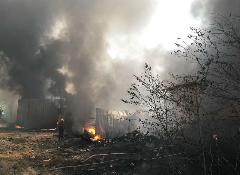 Cháy dữ dội kho phế liệu ở Bình Dương - ảnh 4