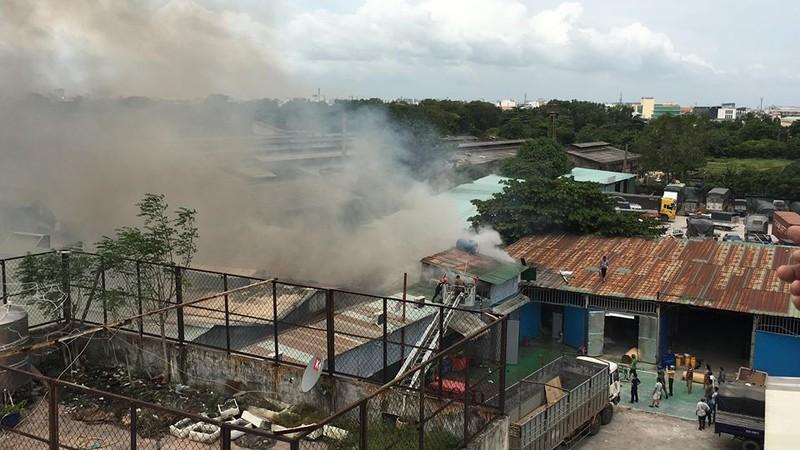 Cháy dữ dội nhà kho trên đường Trường Chinh - ảnh 2