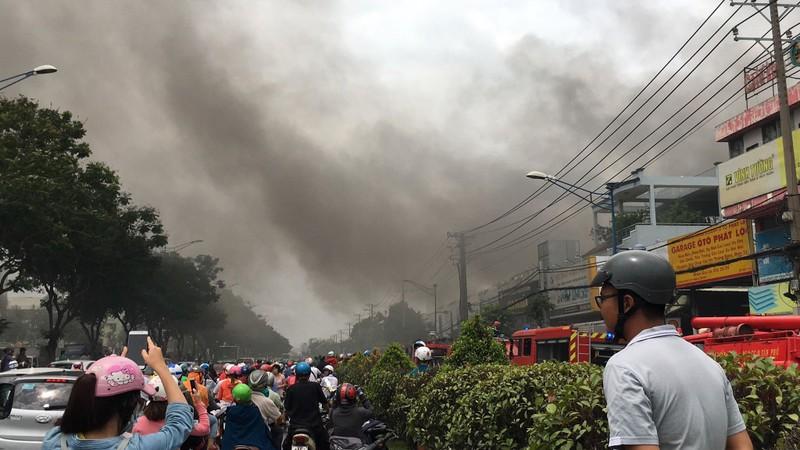 Cháy dữ dội nhà kho trên đường Trường Chinh - ảnh 1