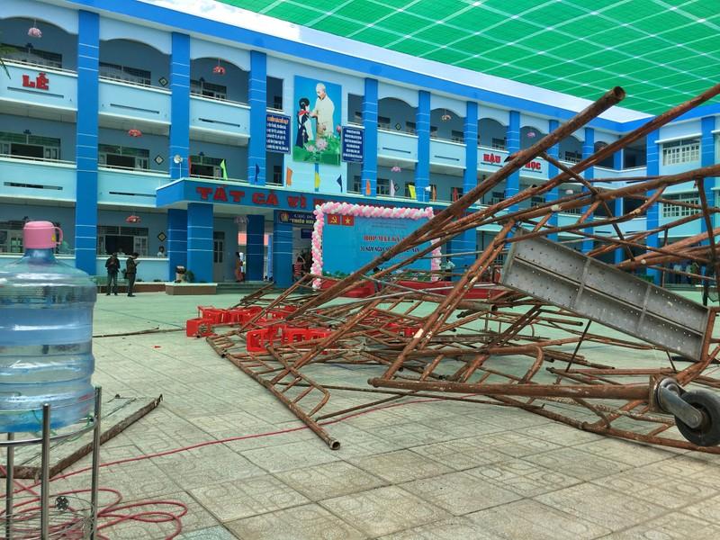 Sập giàn giáo sân khấu lễ 20-11, nhiều học sinh bị thương - ảnh 3