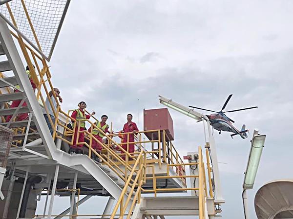 Trực thăng đưa người giàn khoan vào bờ tránh bão - ảnh 2