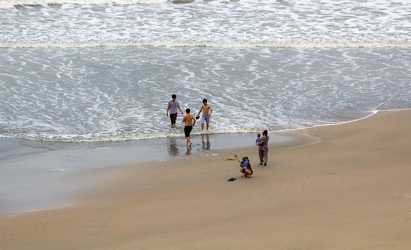 Dân Vũng Tàu chở cát chằng nhà, du khách ra biển nghịch sóng - ảnh 8