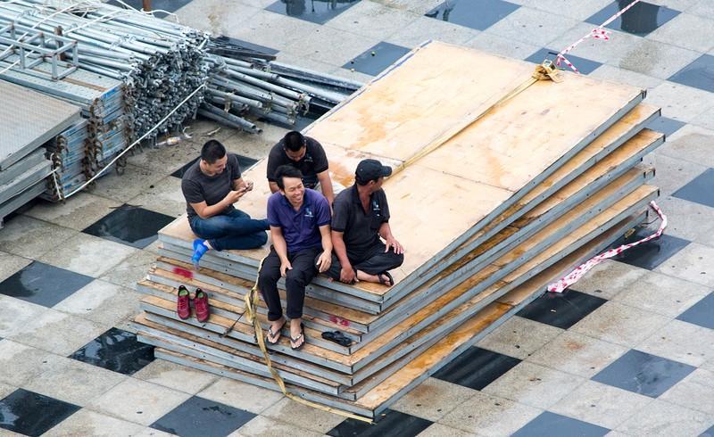Dân Vũng Tàu chở cát chằng nhà, du khách ra biển nghịch sóng - ảnh 4