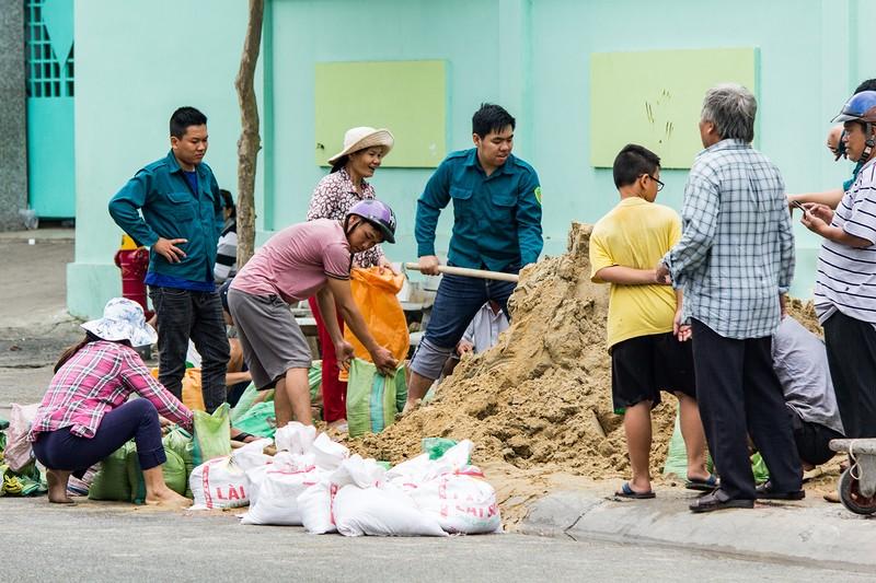 Dân Vũng Tàu chở cát chằng nhà, du khách ra biển nghịch sóng - ảnh 6