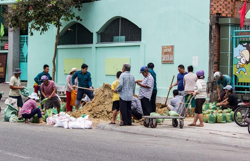 Dân Vũng Tàu chở cát chằng nhà, du khách ra biển nghịch sóng - ảnh 5