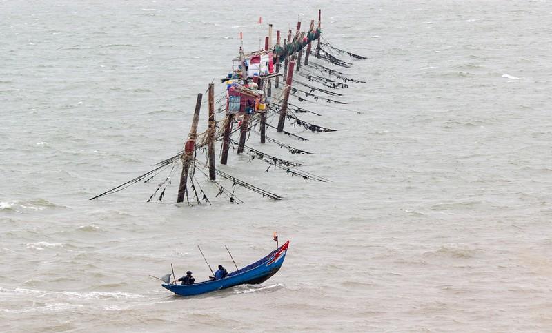 Dân Vũng Tàu chở cát chằng nhà, du khách ra biển nghịch sóng - ảnh 9