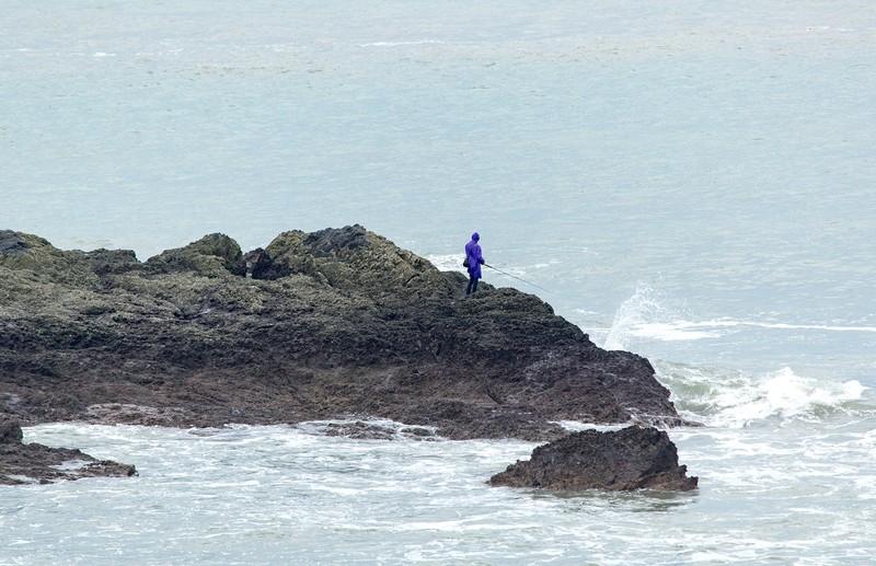 Dân Vũng Tàu chở cát chằng nhà, du khách ra biển nghịch sóng - ảnh 1