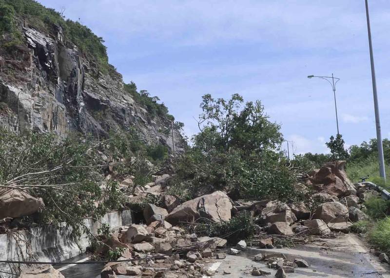 Đại lộ đi sân bay quốc tế Cam Ranh tê liệt vì đất đá - ảnh 1