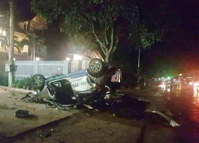 Tai nạn taxi kinh hoàng, 3 người chết, 4 người bị thương nặng - ảnh 1