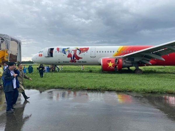 Mưa to, 1 máy bay hạ cánh trượt khỏi đường băng ở Tân Sơn Nhất - ảnh 1