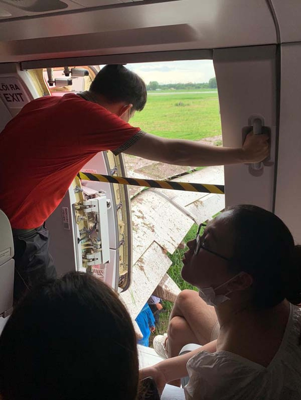 Mưa to, 1 máy bay hạ cánh trượt khỏi đường băng ở Tân Sơn Nhất - ảnh 3