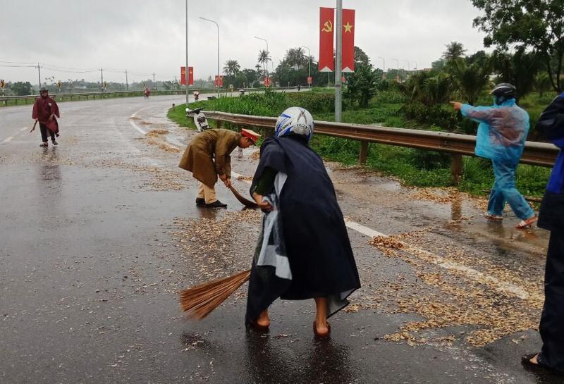 Quảng Ngãi: Công an quét gỗ dăm rơi vãi trên Quốc lộ 1 - ảnh 1