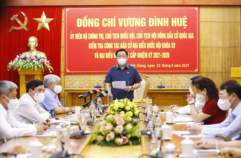 Chủ tịch Quốc hội trao 15 tỉ đồng cho Bắc Giang, Bắc Ninh  - ảnh 1