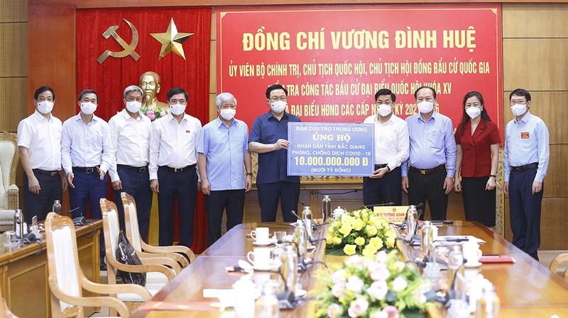 Chủ tịch Quốc hội trao 15 tỉ đồng cho Bắc Giang, Bắc Ninh  - ảnh 2
