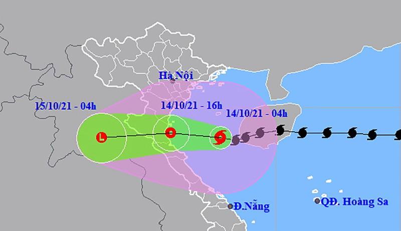 Bão số 8 giật cấp 11 đang cách Hà Tĩnh 200 km, suy yếu khi vào đất liền - ảnh 1