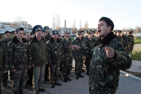 Ukraine ban lệnh rút toàn bộ quân khỏi bán đảo Crimea - ảnh 1