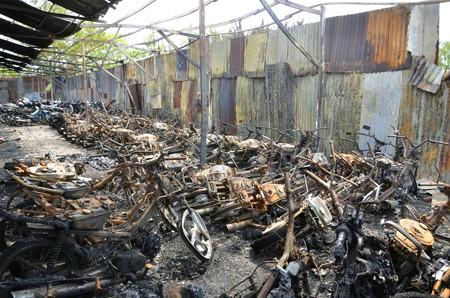 Vụ cháy đã thiêu rụi hơn 300 xe gắn máy, gây thiệt hại hơn 2 tỉ đồng cho chủ bãi giữ xe