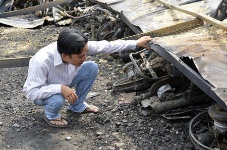 Anh Nhân kiểm tra những gì còn lại tại hiện trường vụ cháy