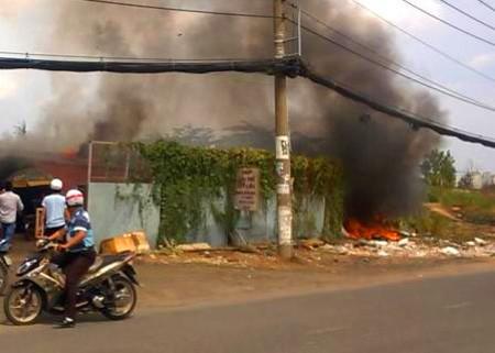 Camera ghi lại được nghi can đốt rác gây cháy 300 xe máy