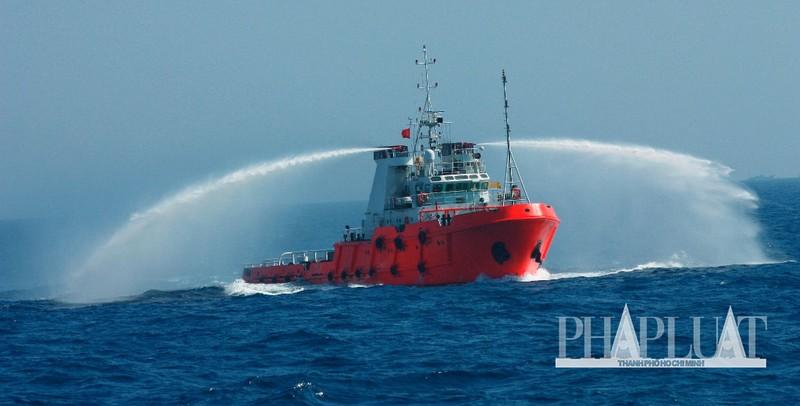 Chùm ảnh mới nhất: Tận mắt chứng kiến tàu Trung Quốc húc tàu Cảnh sát biển Việt Nam - ảnh 11
