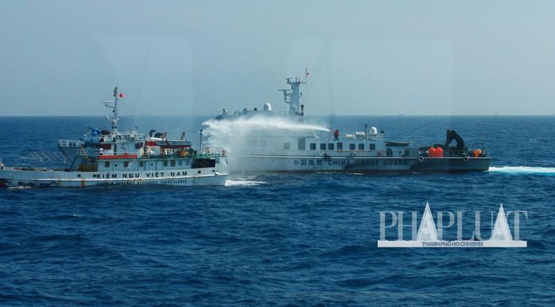 Chùm ảnh mới nhất: Tận mắt chứng kiến tàu Trung Quốc húc tàu Cảnh sát biển Việt Nam - ảnh 13