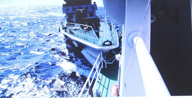Chùm ảnh mới nhất: Tận mắt chứng kiến tàu Trung Quốc húc tàu Cảnh sát biển Việt Nam - ảnh 2