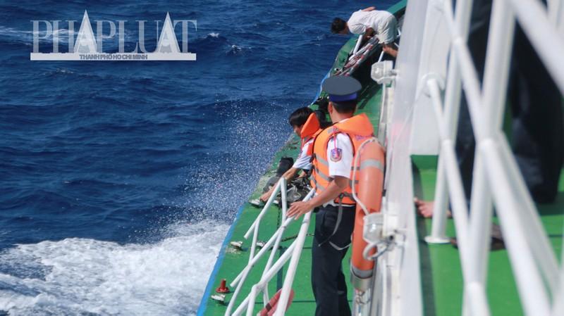 Chùm ảnh mới nhất: Tận mắt chứng kiến tàu Trung Quốc húc tàu Cảnh sát biển Việt Nam - ảnh 7