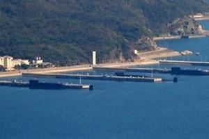 Bức ảnh đăng trên trang web của The Washington Free Beacon về ba tàu ngầm hạt nhân của Trung Quốc.